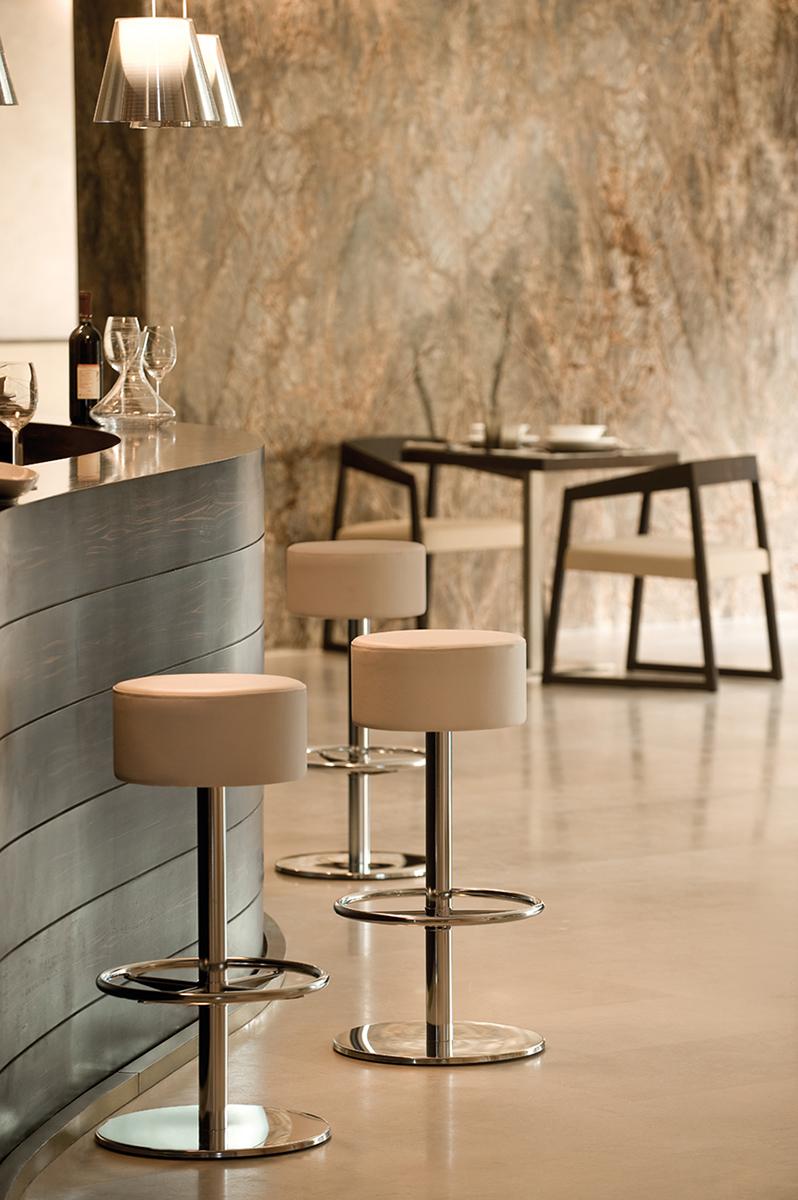 Arredi Bar Moderni sgabello lotus con base e colonna in acciaio inox | degart